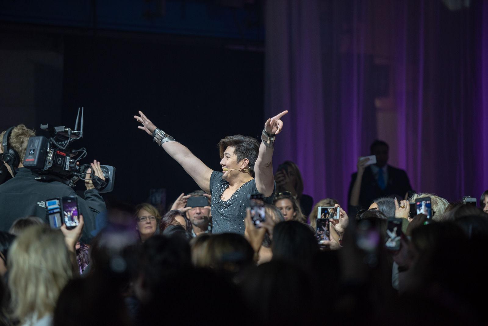 Fotografie event,Guy Tang op podium, handen in de lucht