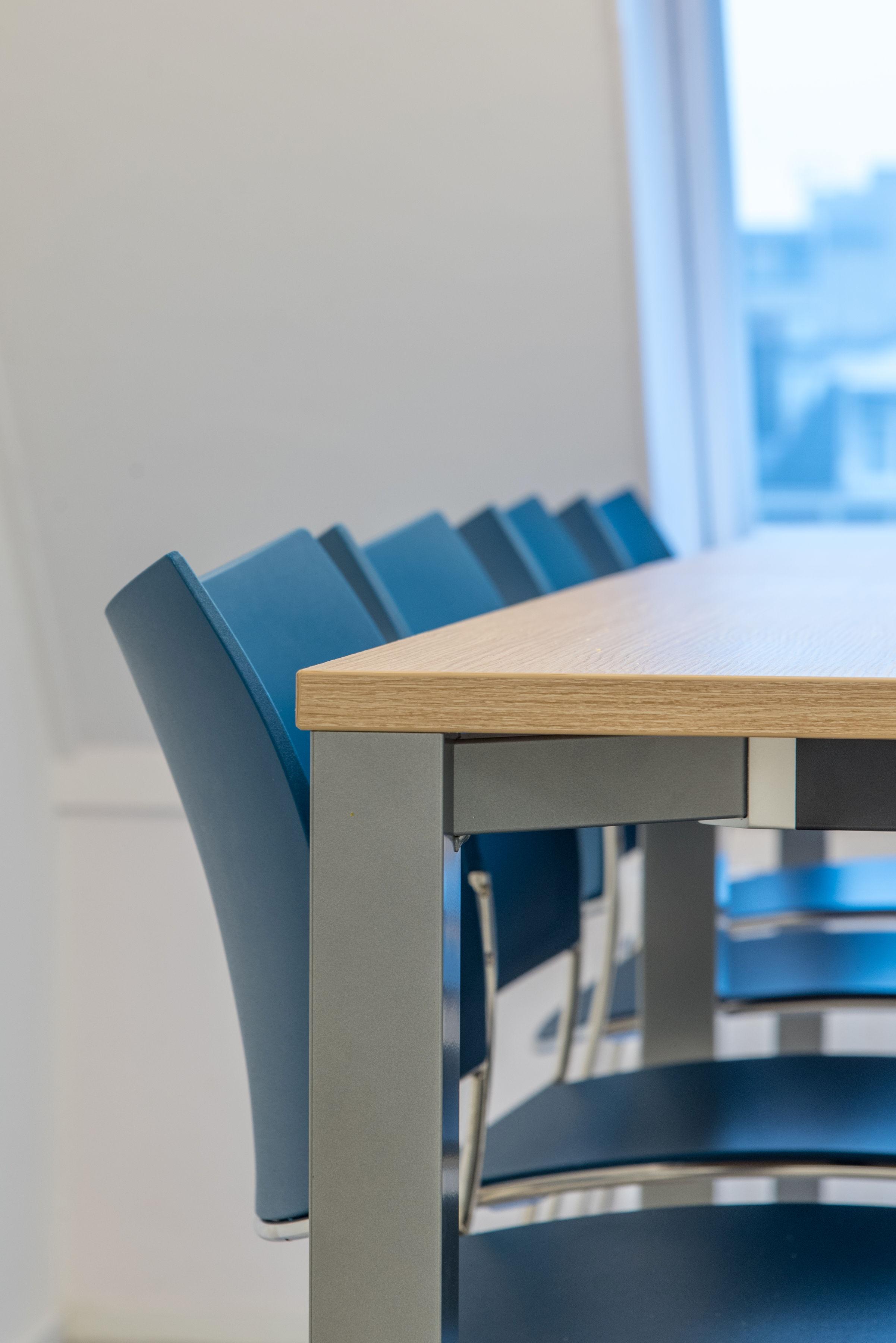 Fotografie projectinrichting close-up blauwe stoelen aan tafel