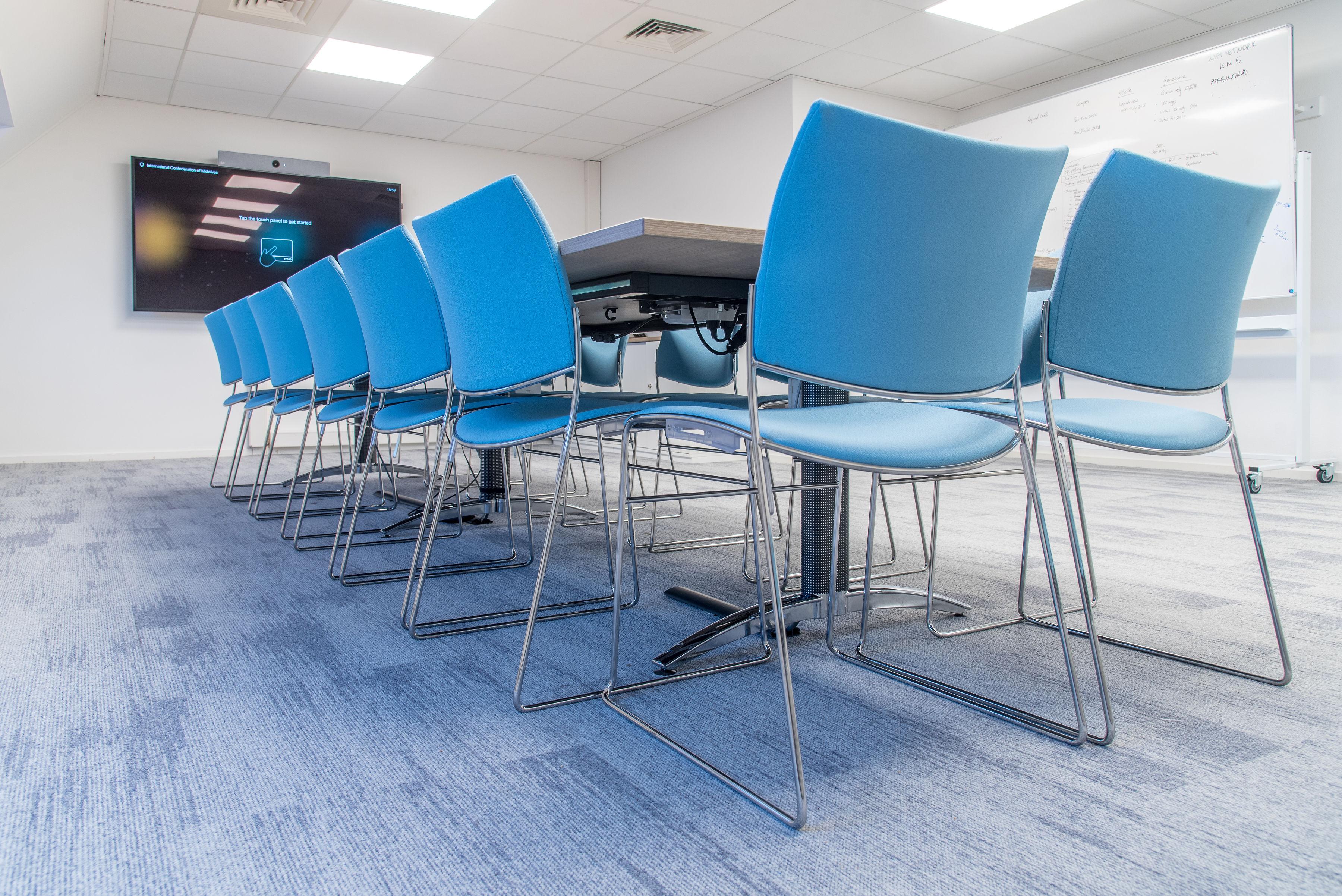 Fotografie projectinrichting tafel met blauwe stoelen
