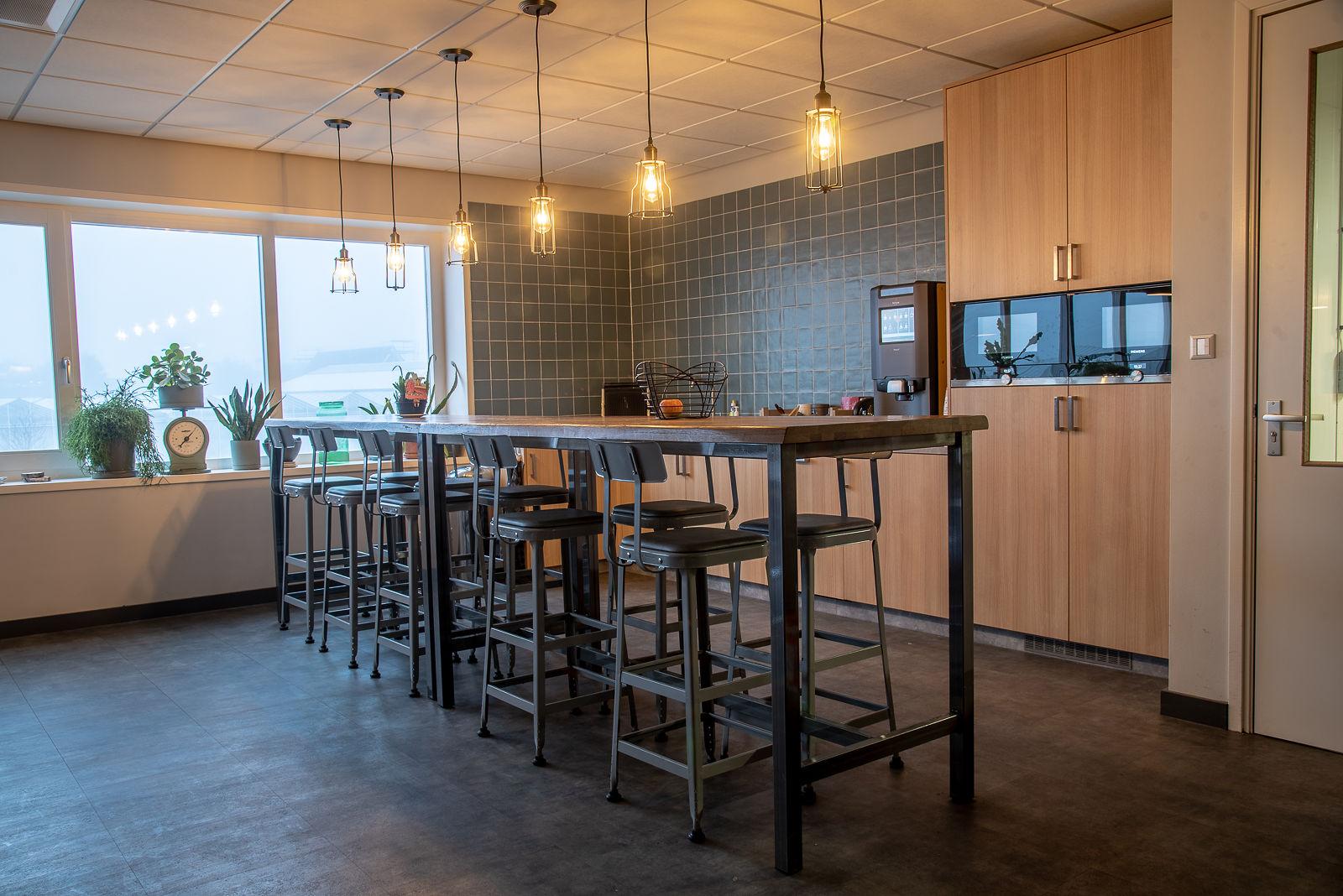 Fotografie projectinrichting ruimte met hoge tafel en krukken