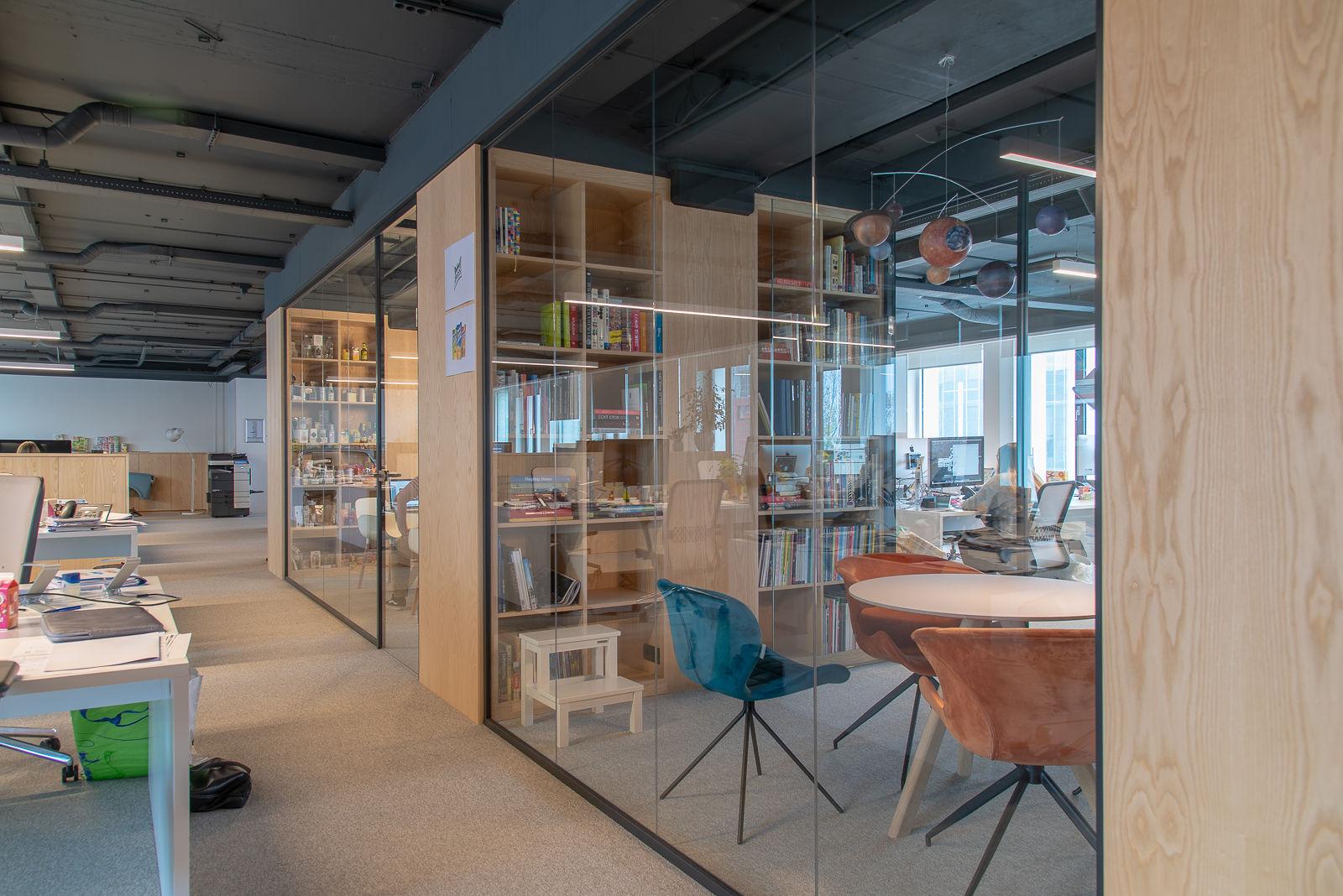 Fotografie projectinrichting kantoor met glazen wand en open kasten