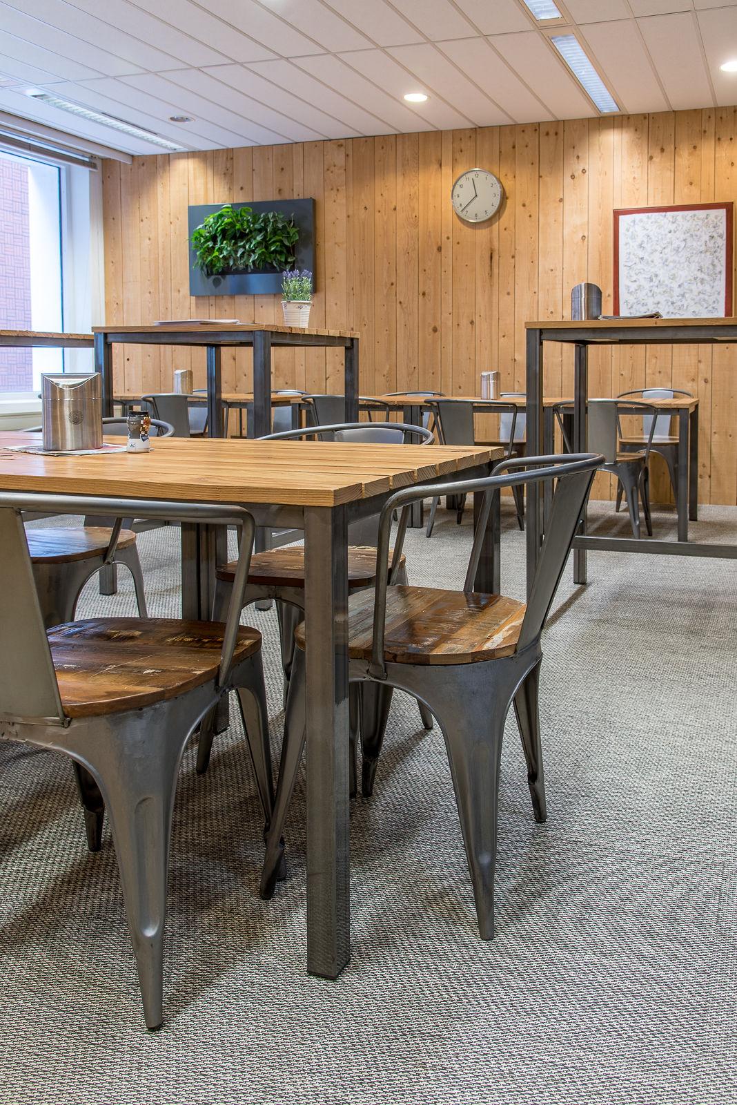 Fotografie projectinrichting ruimte met diverse tafels en stoelen
