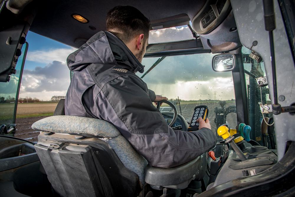 Man in tractor met afstandsbediening